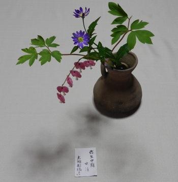 家元持参の器に季節の花